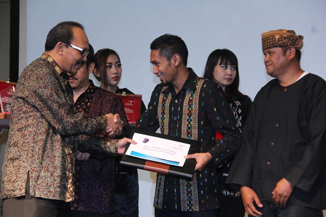 Iwan Manasa Saat Menerima Piagam Penghargaan Wae Rebo, Senin malam 30/11